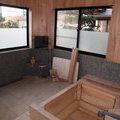 お風呂の床の石と広い檜風呂を暖かい風呂と洗面に作り替える